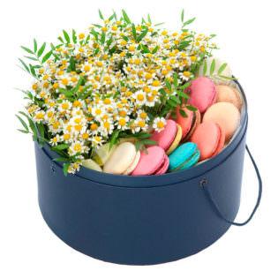 Цветы в коробке с ромашками