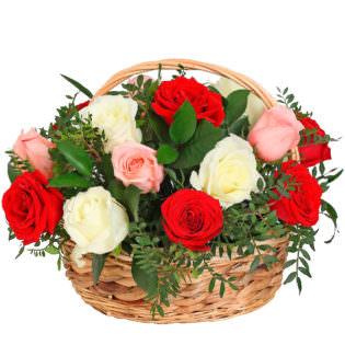 Цветы в корзинке с розами