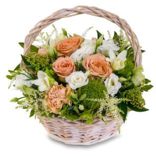 Цветы в корзинке с лилиями